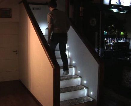 Mais éclairer un escalier automatiquement en illuminant chaque marche ...