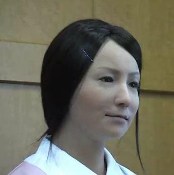 Photo d'un robot humanoide imittant les expressions du visage humain